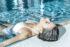 Imagekampagne für Tamina Therme Bad Ragaz. Frau liegt im Hauptbecken am entspannen